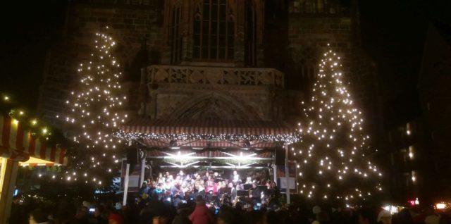Auftritt der Big Band und des Extrachors am Nürnberger Christkindlesmarkt