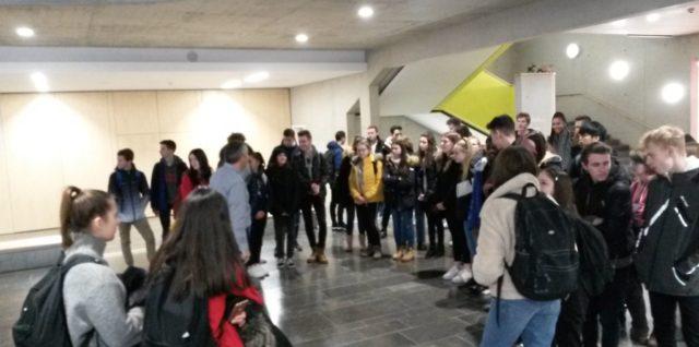 Schülerinnen und Schüler der 10. Klassen besuchen die FOS II
